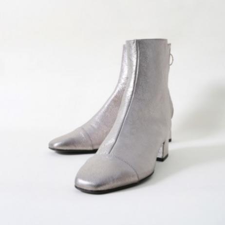 """¿Qué zapato se pondría Monti G. Benavides para sentarse en un café de París? """"El Sol Vulcano. Son súper cómodos y tienen ese toque sofisticado parisino"""". La textura y el brillo especial que posee su piel son ideales tanto para el día como para la noche. (199 euros)."""