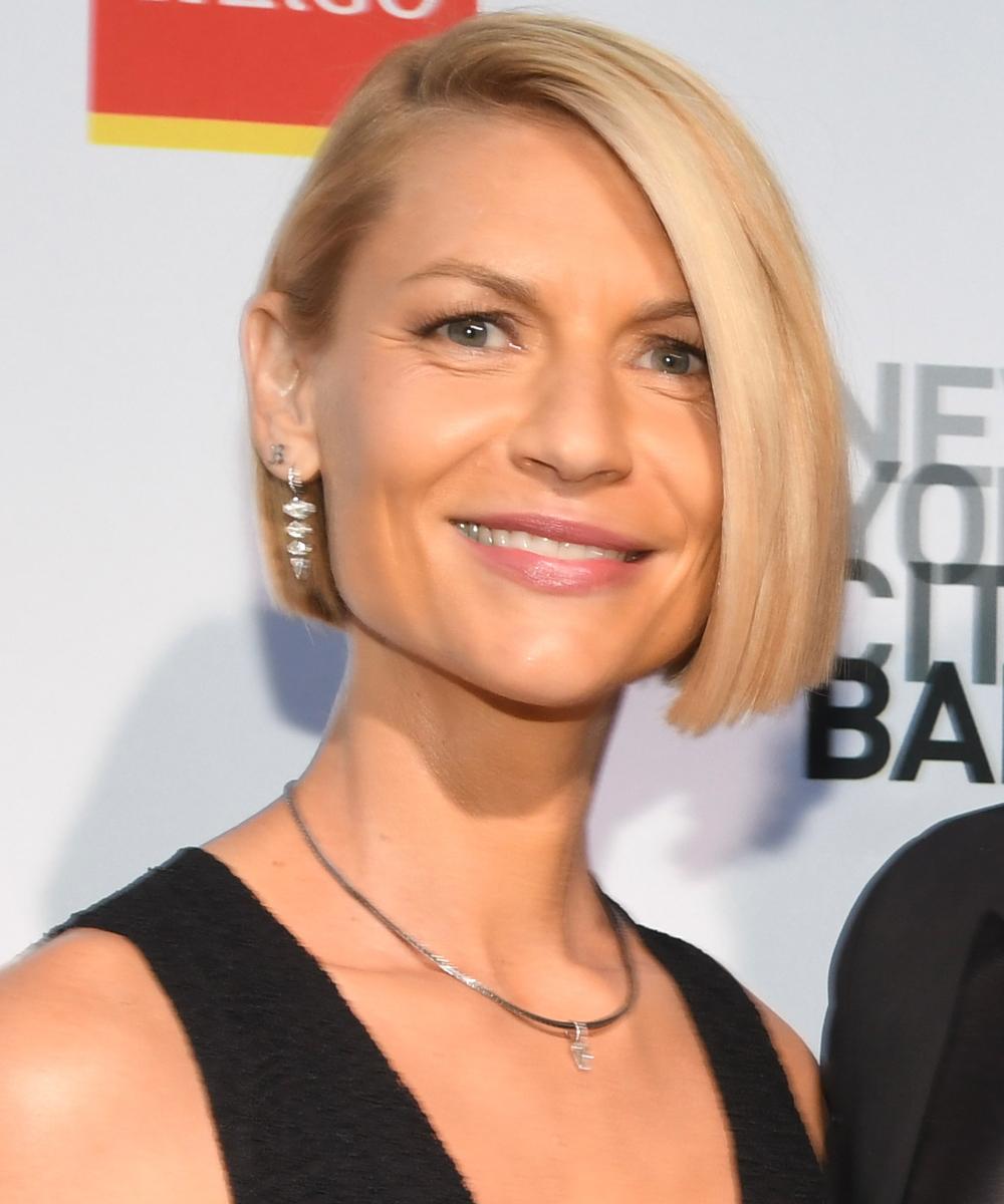 Claire Danes con una melena bob asimétrica y lisa que estiliza sus facciones.