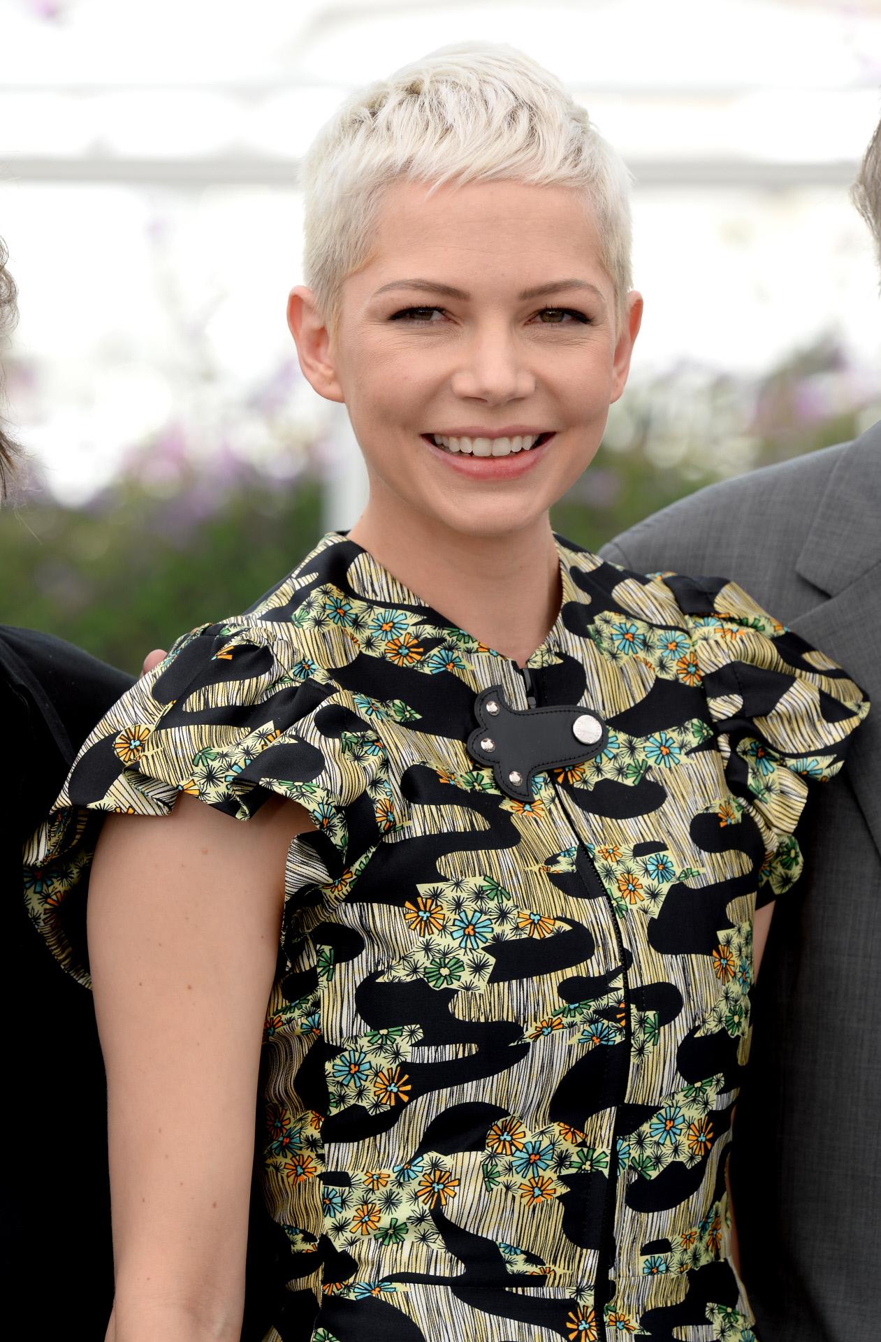 Michelle Williams con un corte de pelo pixie muy femenino y de tendencia rubio platino.