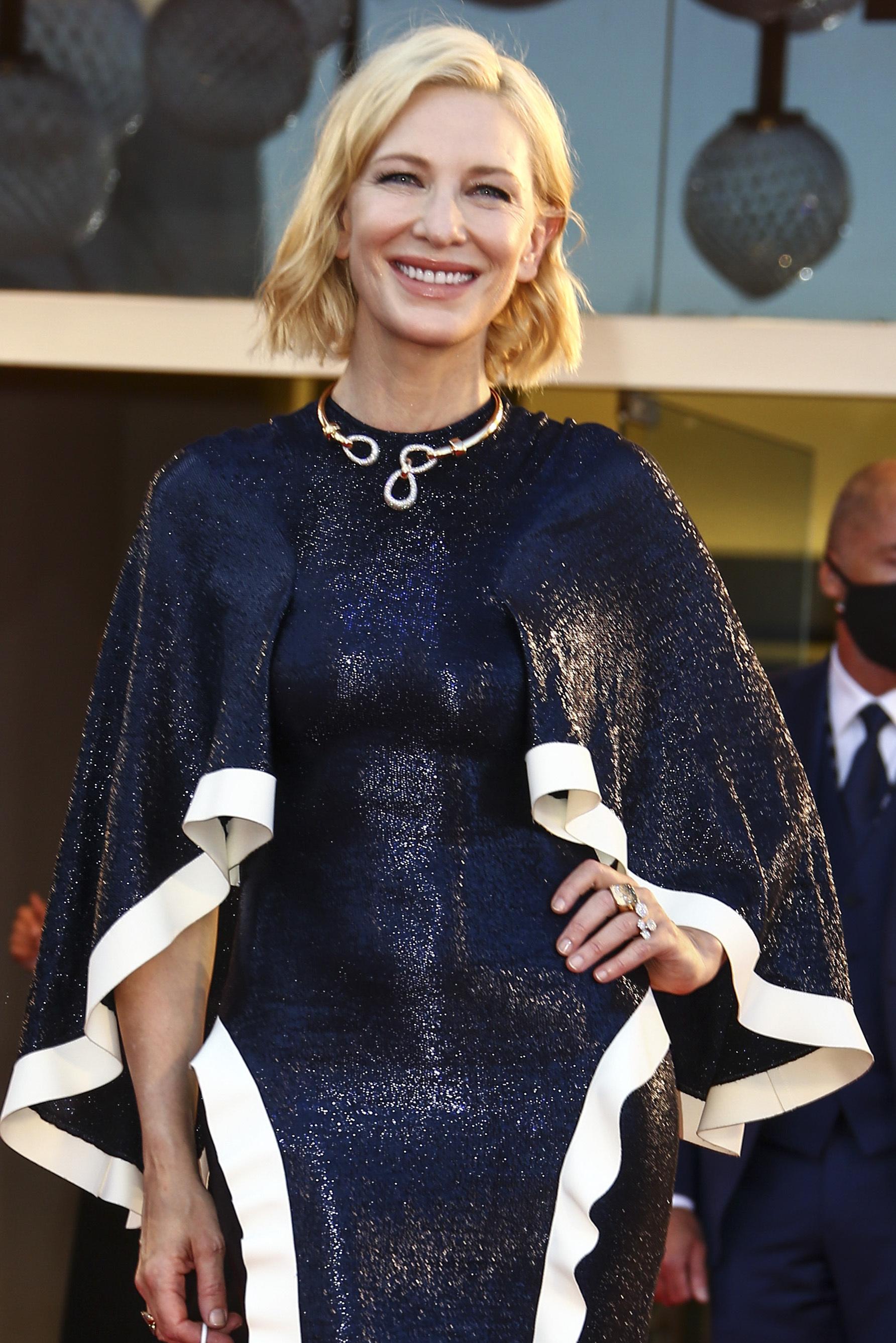 Cate Blanchett con una melena cuadrada que realza su mirada y sus pómulos.