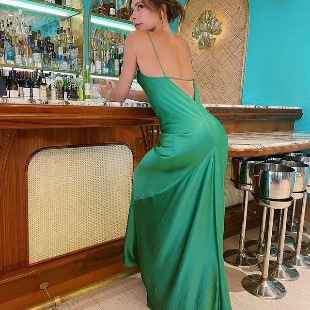 Victoria Beckham con un vestido slip dress de satén.