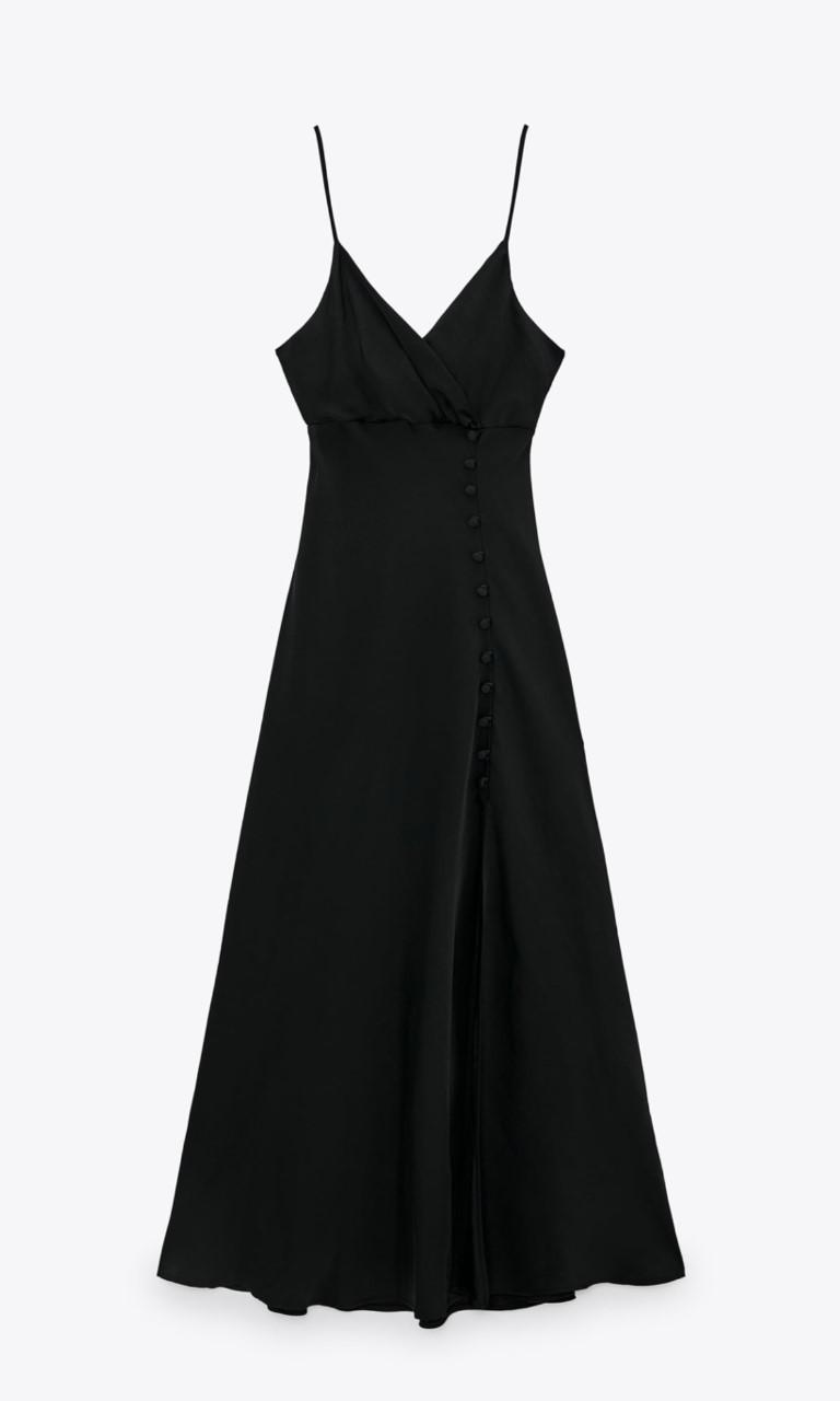 Vestido negro de satén de Zara (29,95 euros).