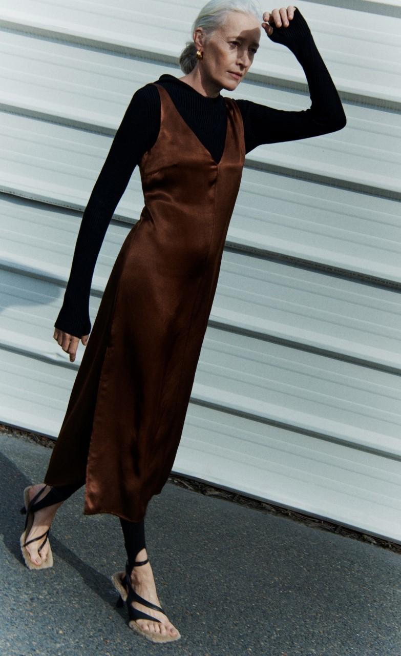 Vestido de satén en color chocolate de Zara (39,95 euros).