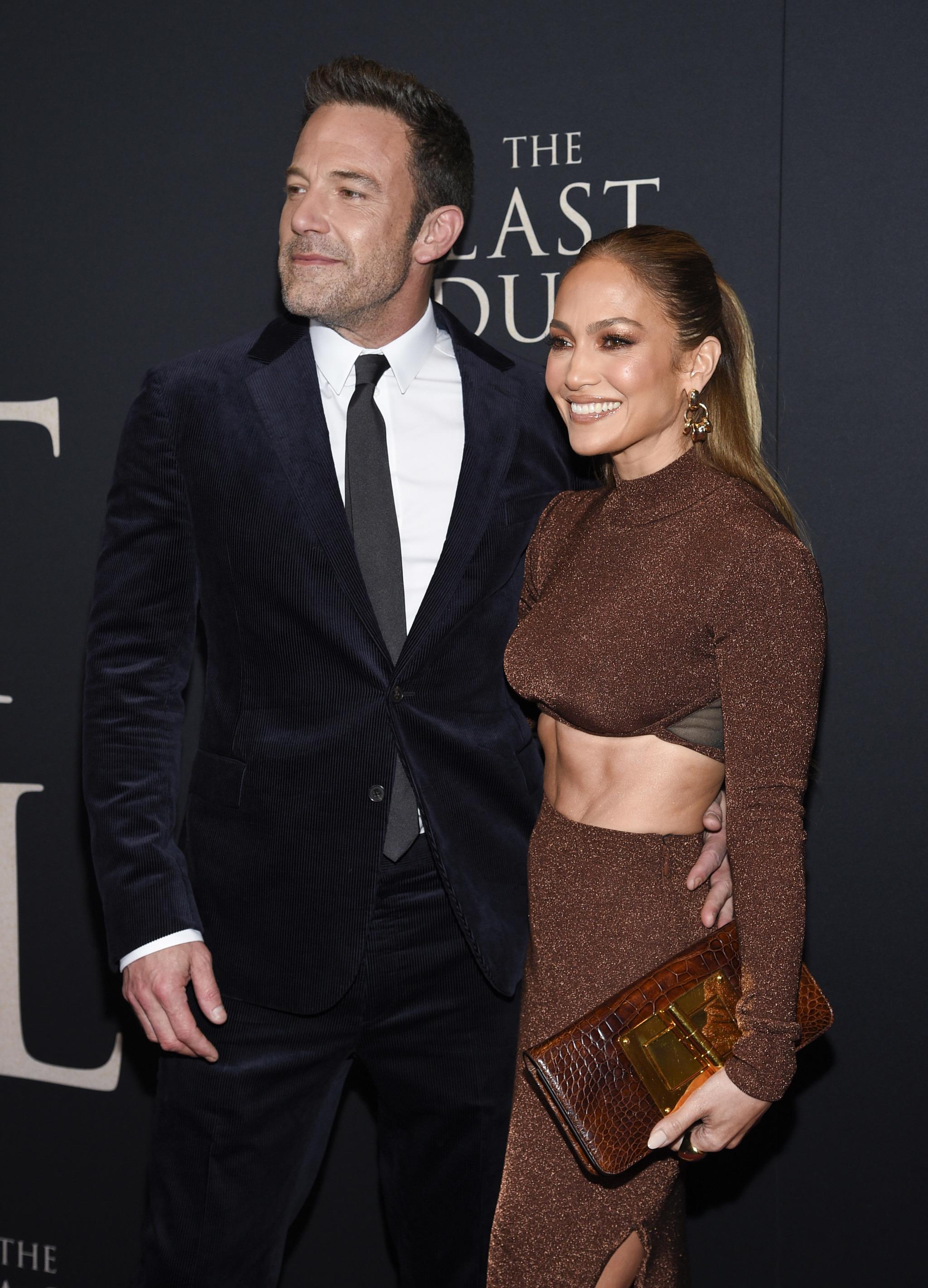 Jennifer Lopez volvió a iluminar la alfombra roja con un look espectacular junto a Ben Affleck.