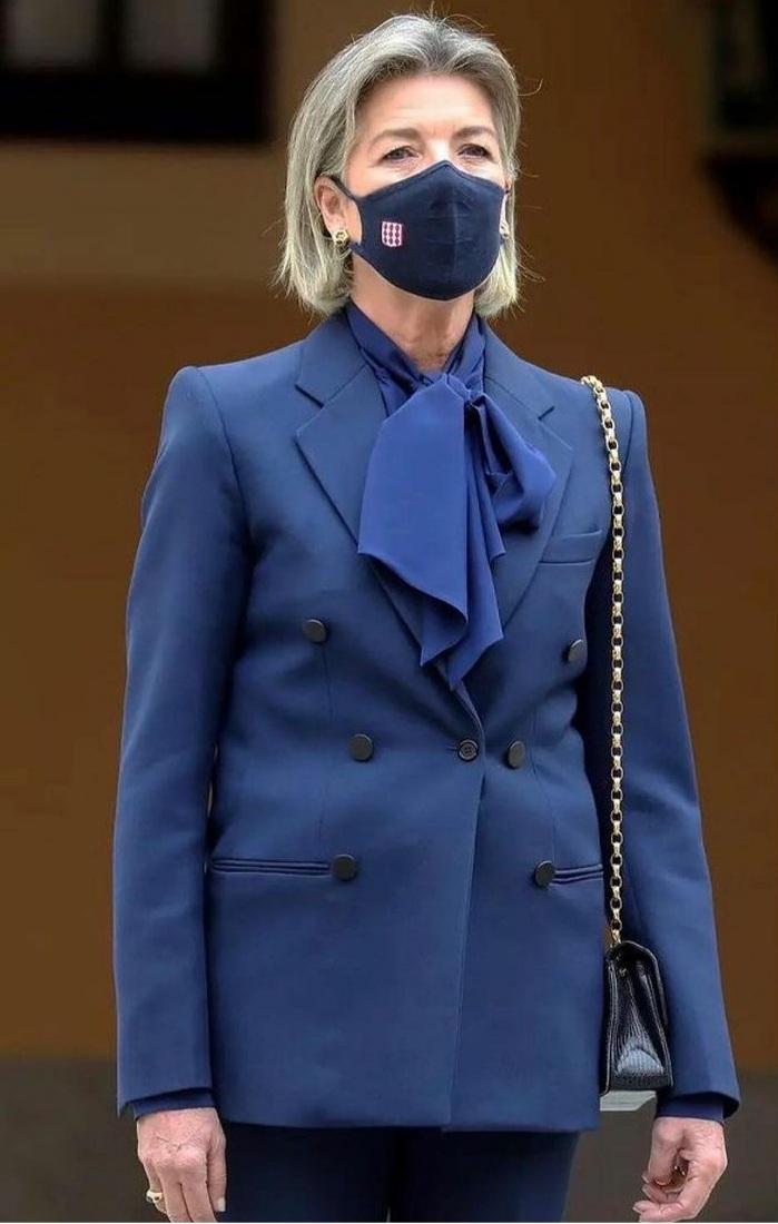 Carolina de Mónaco vistió un traje sastre azul que combinó con una blusa con lazada del mismo color.