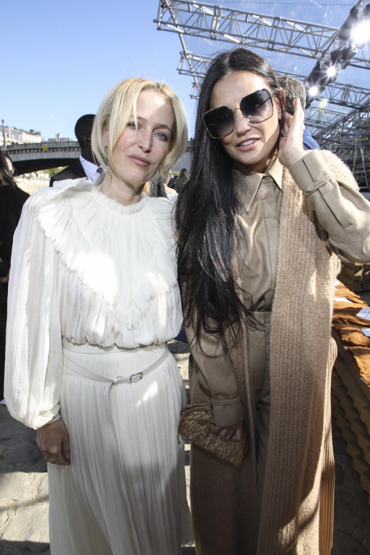 Demi Moore y la actriz Gillian Anderson, ambas impecablemente vestidas de Chloé