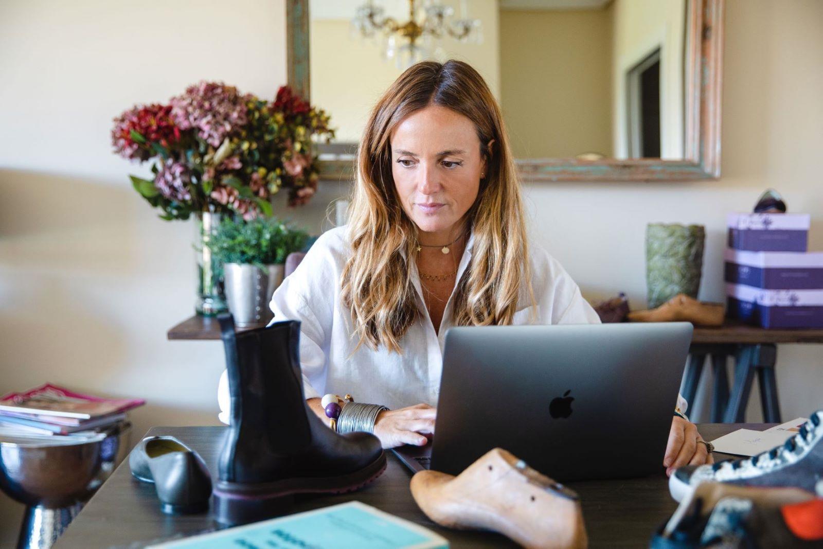Bárbara Bermejo, creadora de la firma de calzado Quiero unas Bobos, trabajando en su casa de Madrid.