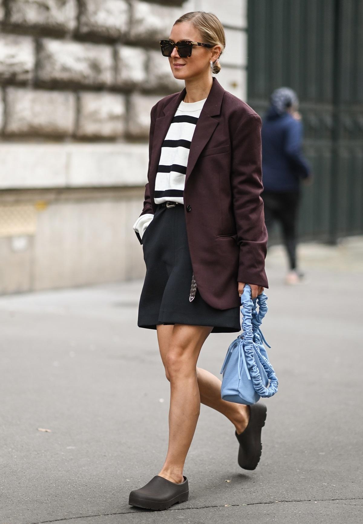 Combinar el blazer con unas bermudas y un suéter de rayas.