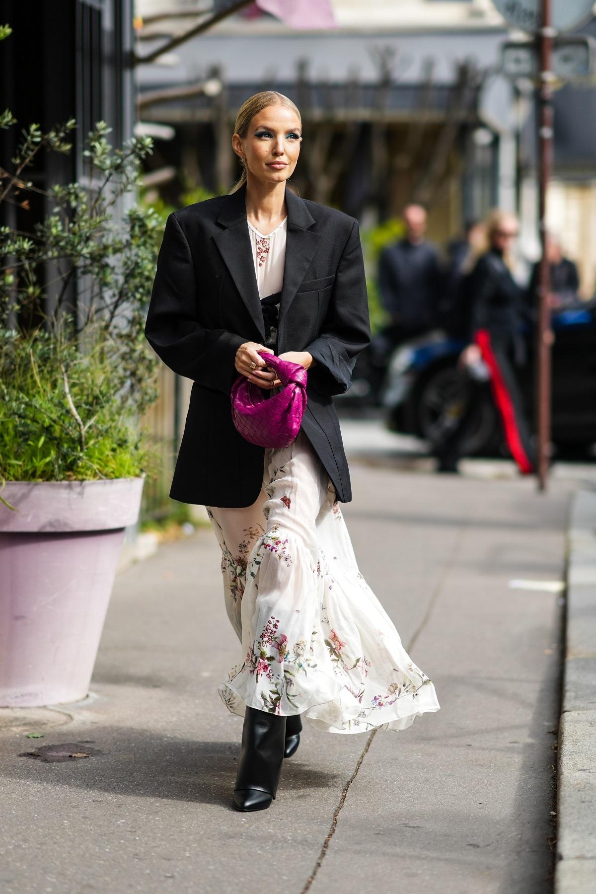 Aliar el blazer con un vestido largo siempre es un sí.