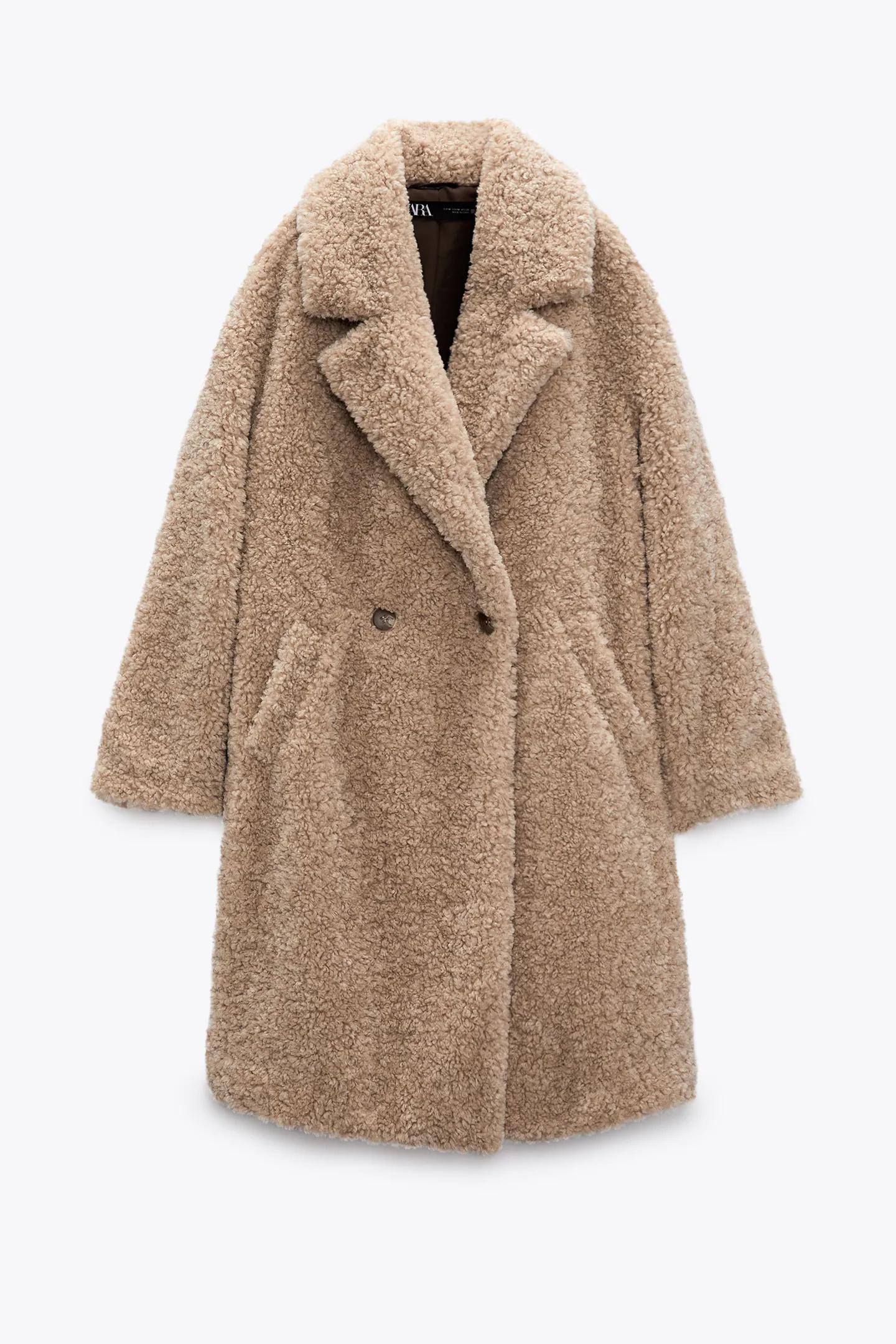Súmale este abrigo de borreguillo de Zara (59,95 euros).