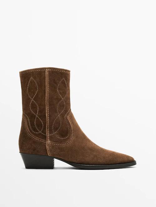 Completa el look con este botín cowboy serraje de Massimo Dutti (129 euros)