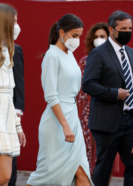 La Reina Letizia se ha decantado por un vestido azul celeste.