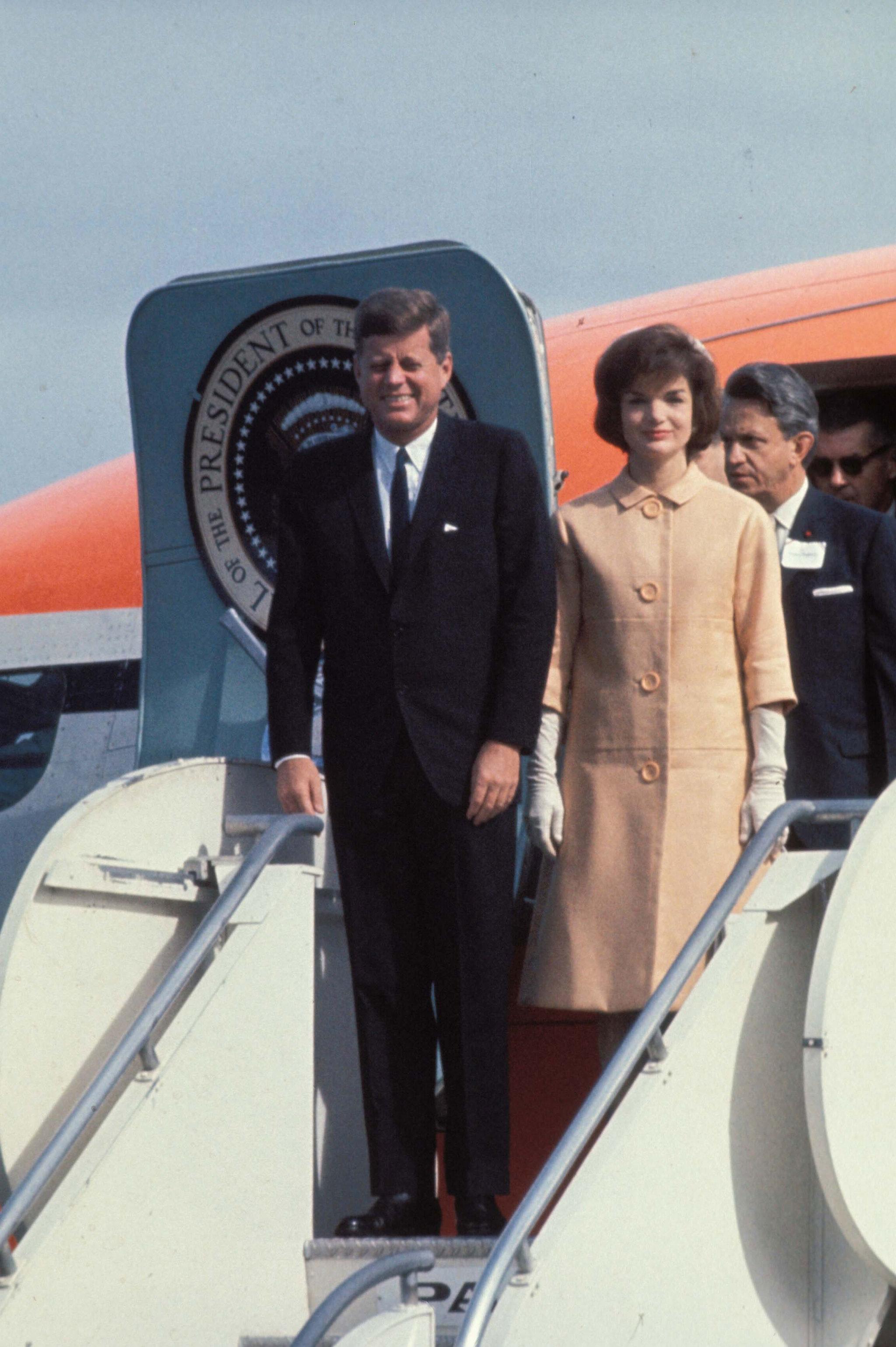Los abrigos de la que fue Primera Dama de EE.UU. eran entallados, coloridos y muy glamourosos.