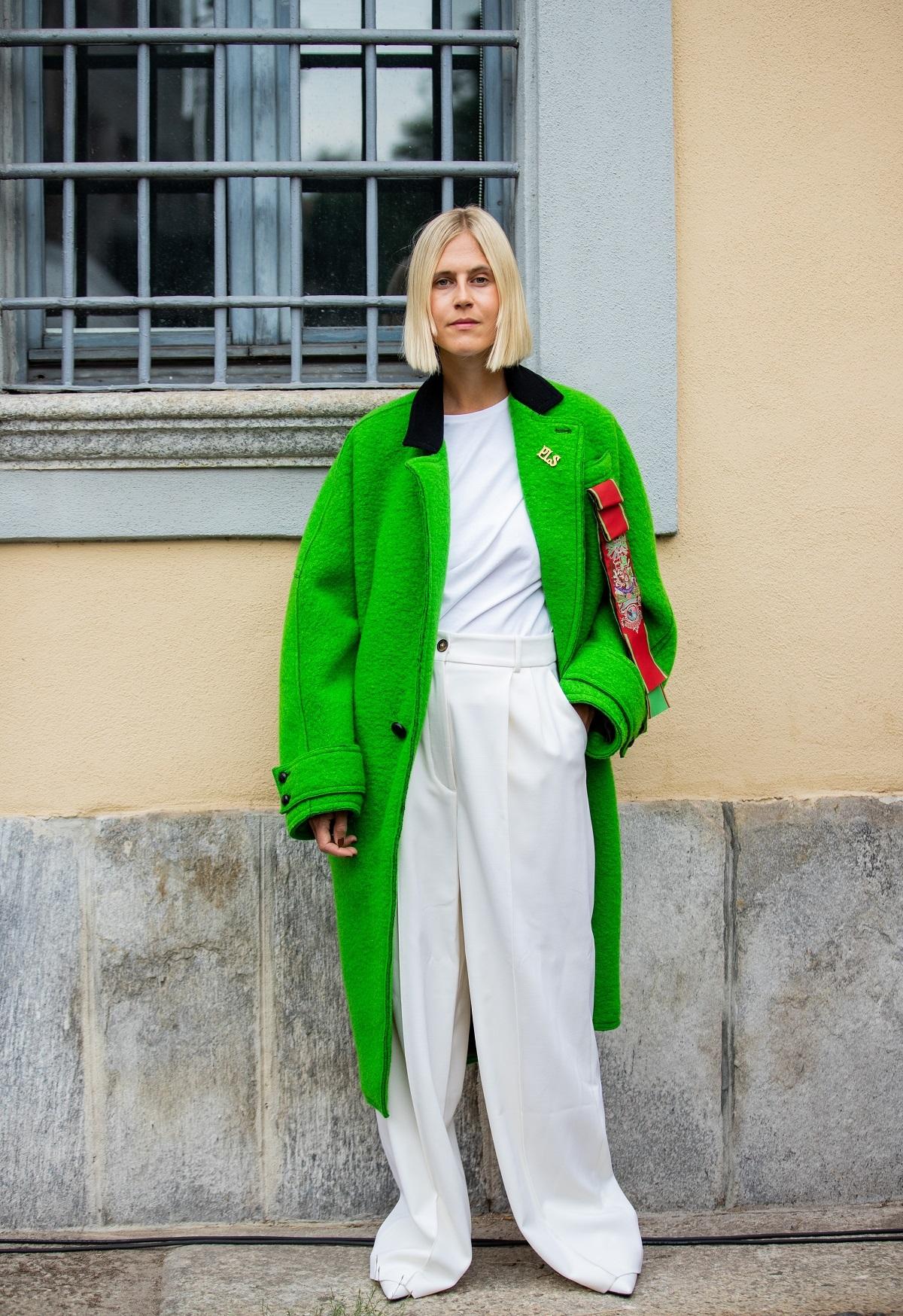 Linda Tol con un abrigo en color verde.