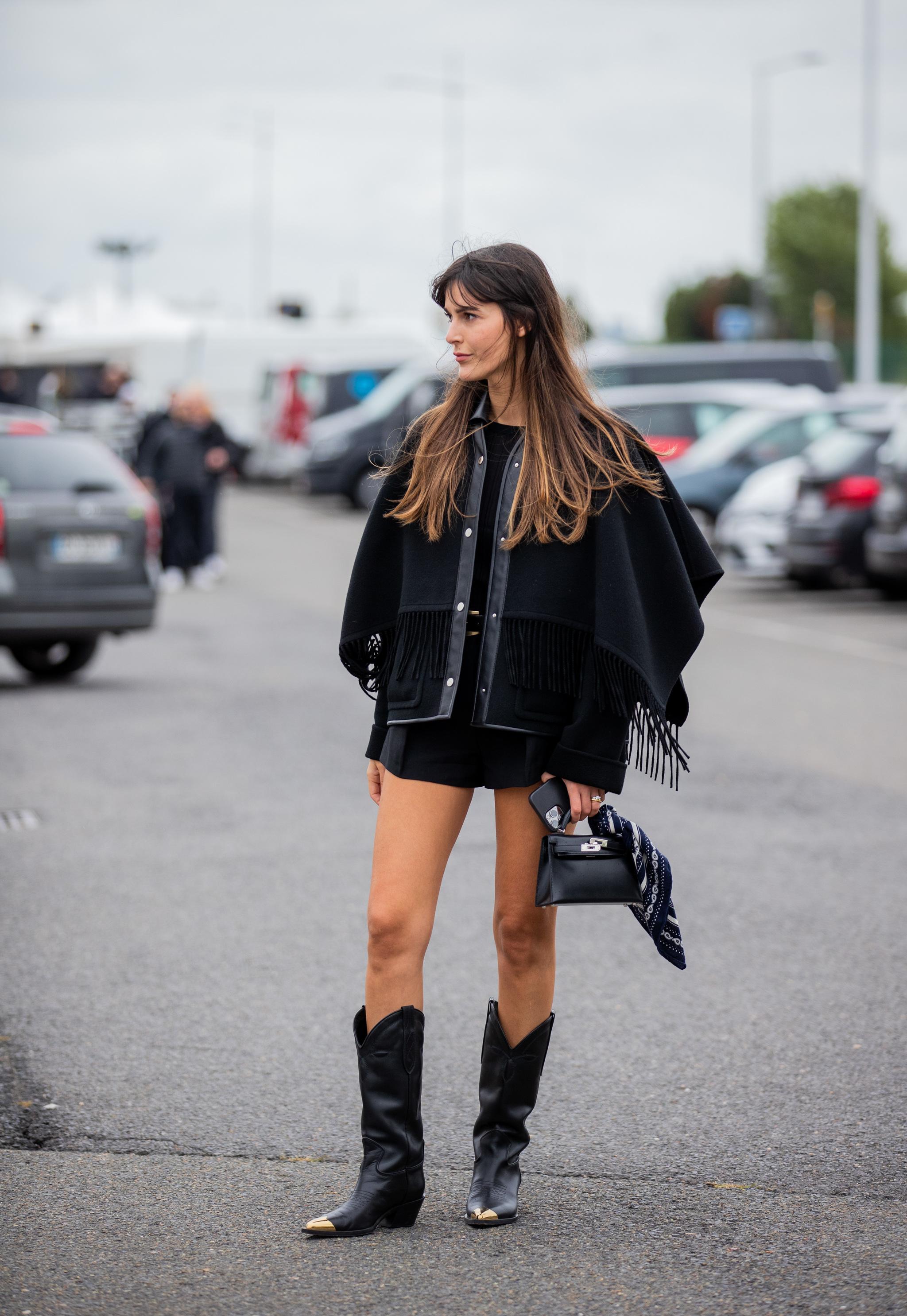 Leia Sfez con una chaqueta de flecos.