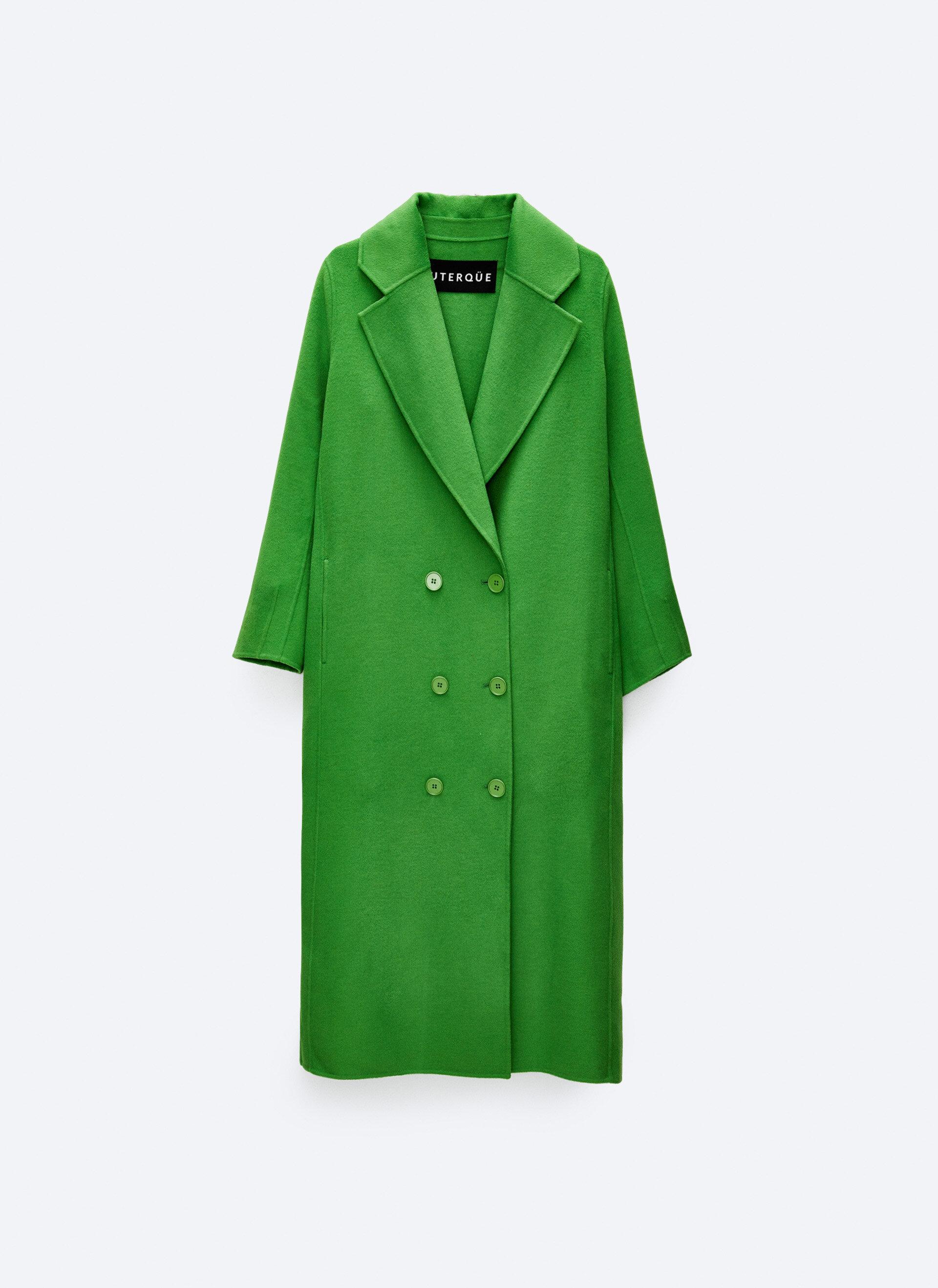Este abrigo de lana confort funcionará muy bien con un total look black debajo. Uterqüe (229 euros).