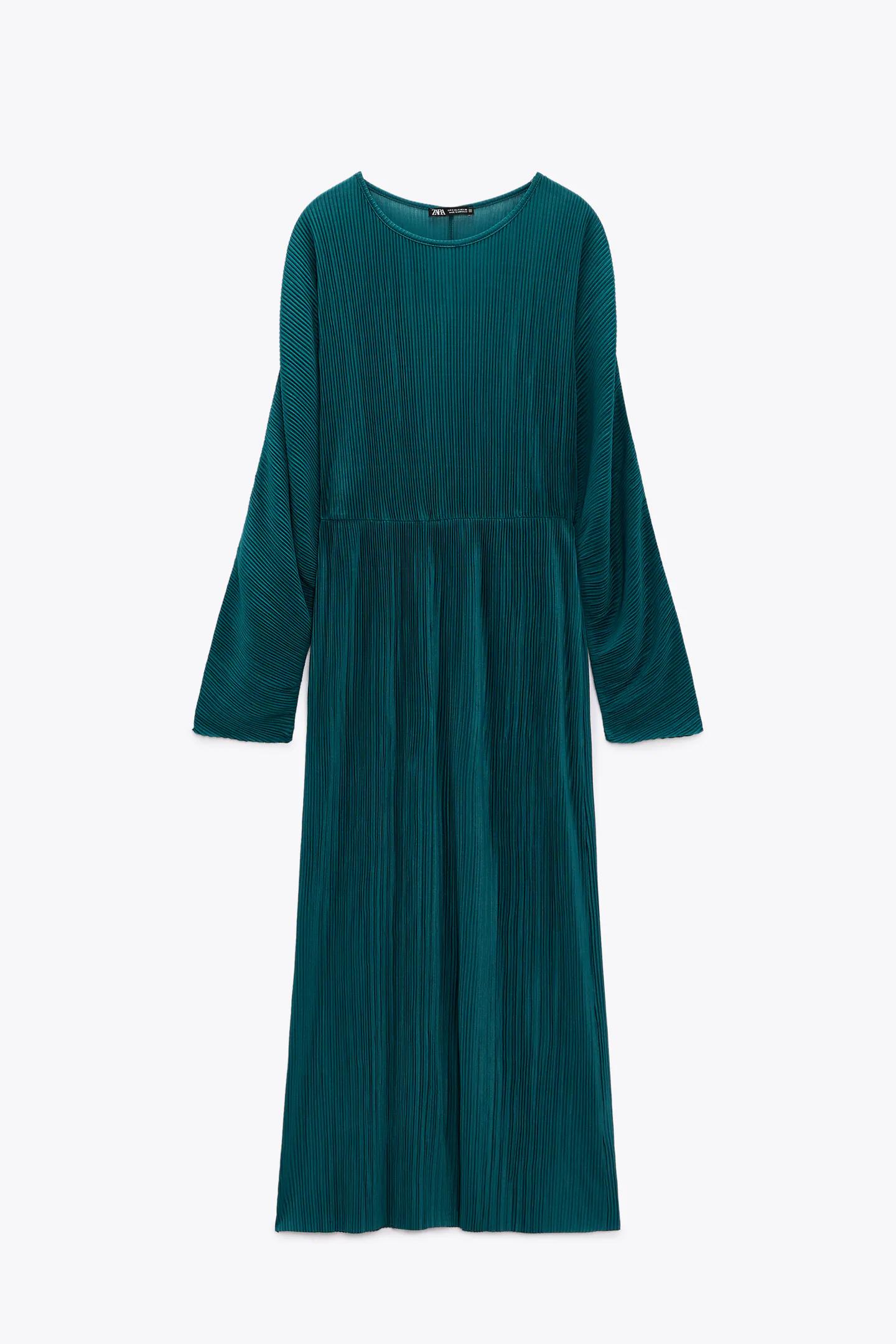 El vestido midi plisado no necesita a nadie más. Zara (22,95 euros).