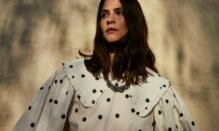 Alba Galocha con vestido blanco de lunares puede ser una perfecta...