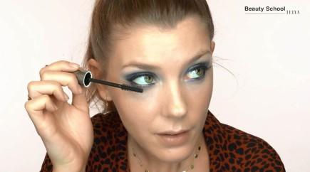 Maquillaje de ojos en azul y dorado