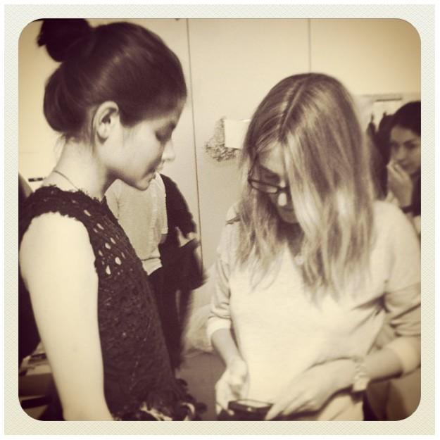 Julia arreglando a Alba Galocha