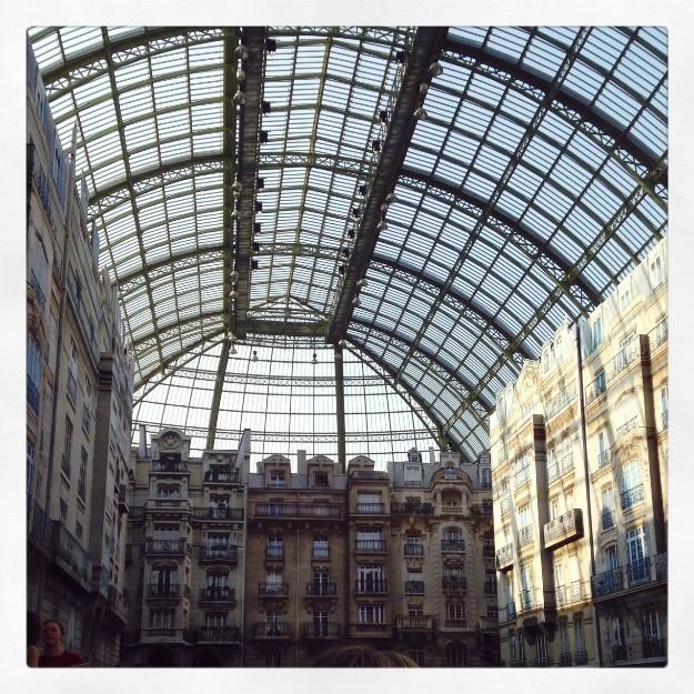 Desde las gradas se puede ver cómo el techo de cristal deja pasar la luz