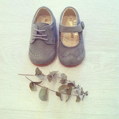 Bluche y zapato en ante gris
