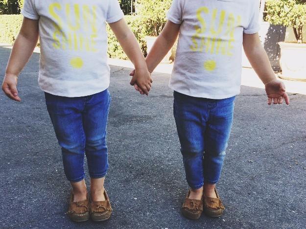 Las gemelas con sus mini mocasines de ante