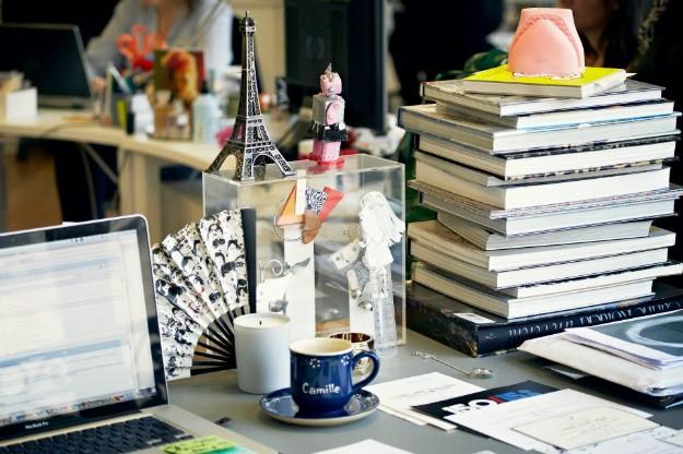 Mesa de estudio de Camille Miceli, directora creativa de accesorios para Dior.