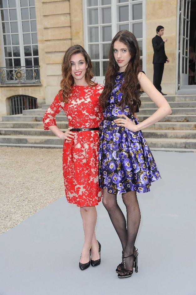 Rainey y Sarah Margaret Qualley en la Paris Fashion Week