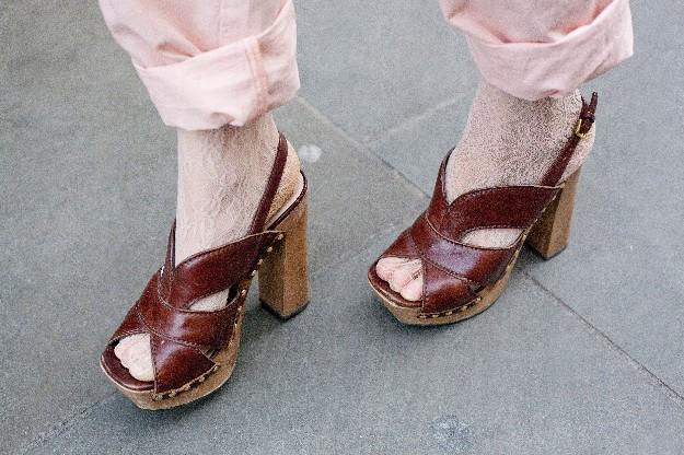 Laura Bailey - Sí a las sandalias con calcetines.