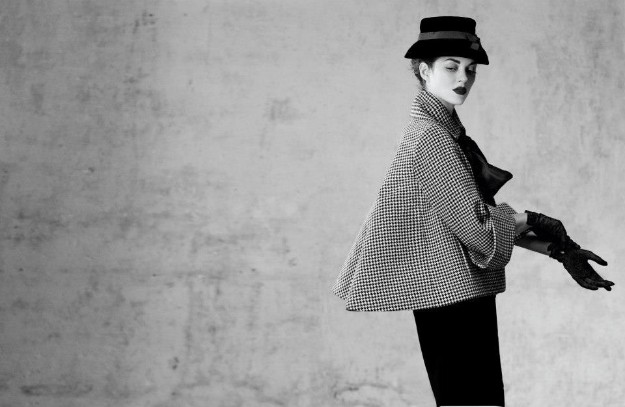 Aventure outfit, jacket with black and white houndstooth, pencil skirt in black wool.