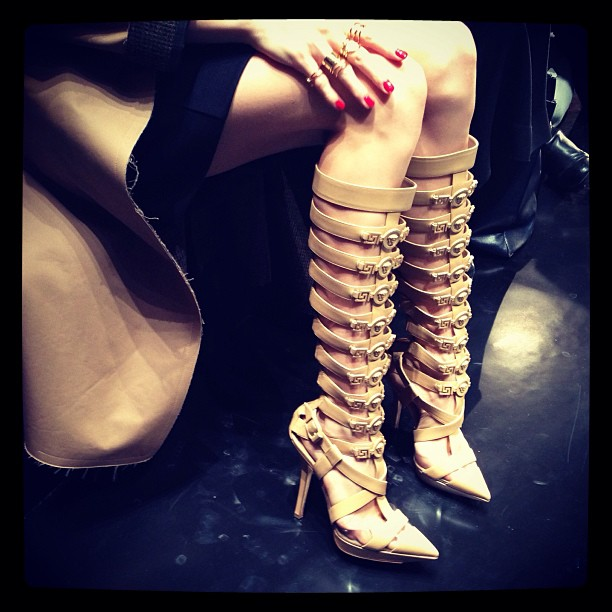 Las botas fetish de Lena perminova - VERSACE