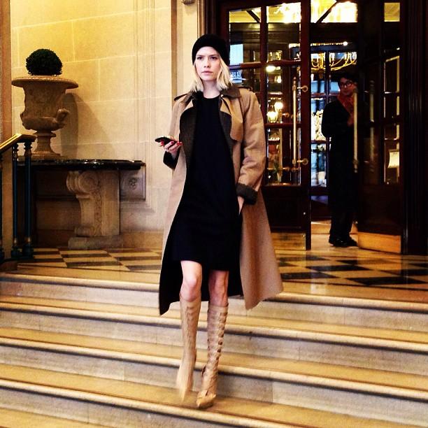 Lena Perminova con botas de Versace y abrigo camel