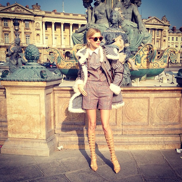 Lena Perminova con look preppy de Tommy Hilfiger