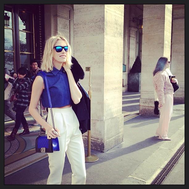 Lena Perminova con gafas de espejo y cropped top