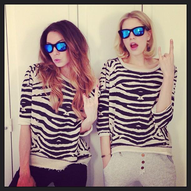 Lena Perminova con gafas de espejo y T-shirt con animal print