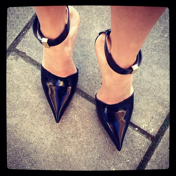 Lena Perminova - salones con pulsera de Céline