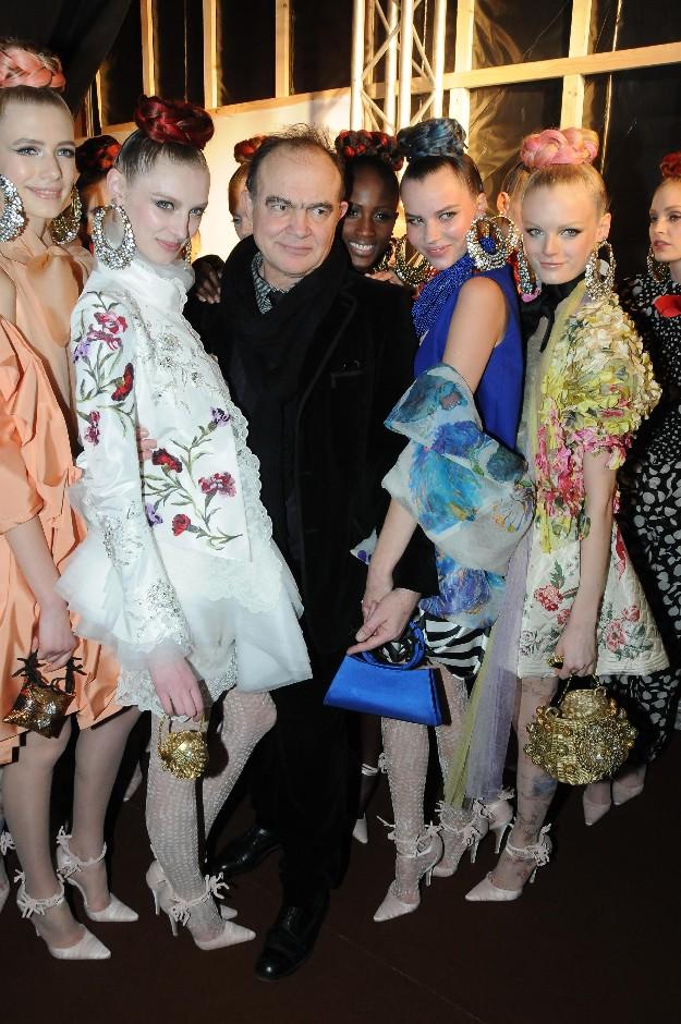 Christian Lacroix rodeado de modelos en el backstage