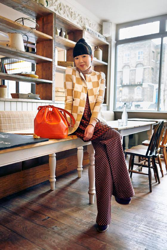 La blogger Sui Lau junto a su Noe Bag de Louis Vuitton