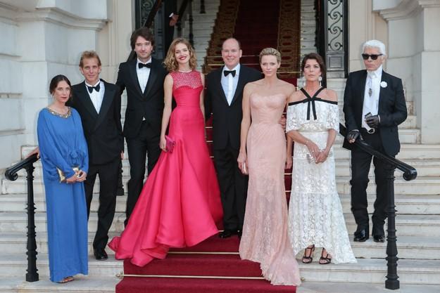 La familia Grimaldi junto a Karl Lagerfeld, Natalia Vodianova y Antoine Arnault