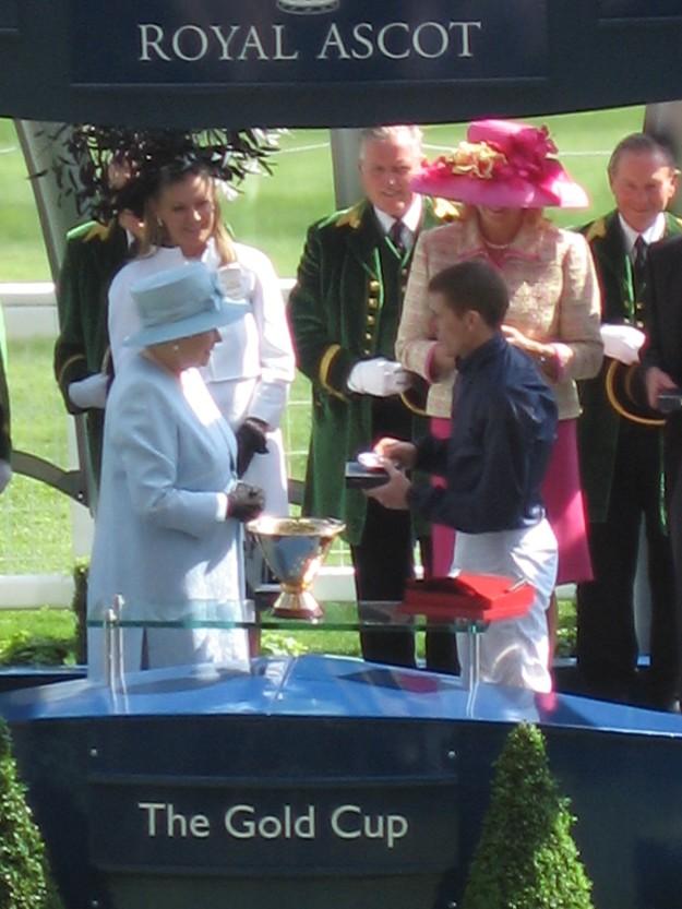 La Reina haciendo entrega de los premios