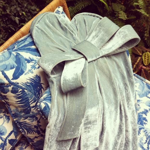 Vestido de Juan Vidal en terciopelo gris