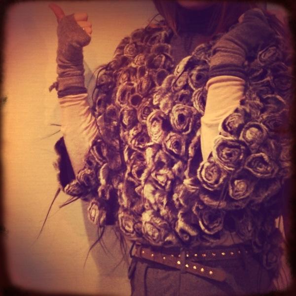 Detalle del bolero de visón y cinturón de Zara