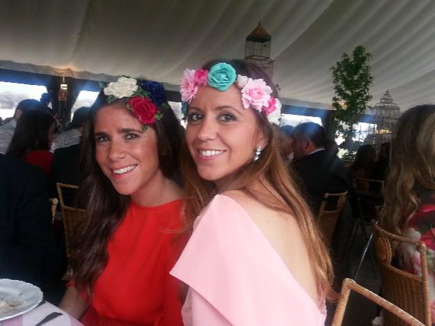 Con María Luisa, guapísima con un vestido rosa de Bruna y tocado de flores