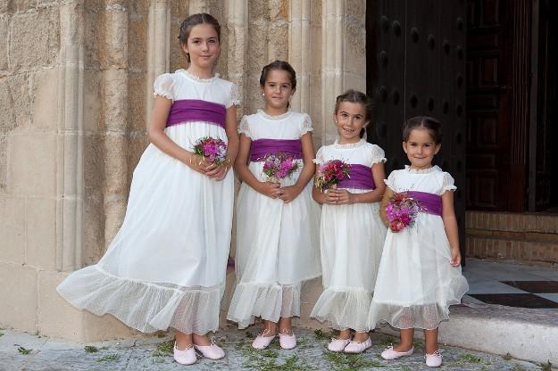 fe7997ee0e Ma petite  Detrás de ideales creaciones de vestidos de arras que mezclan el  raso en tonos pastel con encajes antiguos que le dan ligero aire vintage