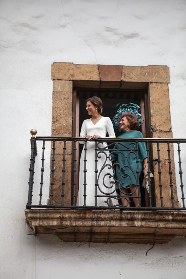 Foto de Leticia Ferrer. Vestido de Marcos Luengo y tocado de Conchita