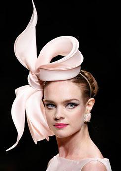Valenino, sinónimo de elegancia y sofisticación utilizó los tocados en su último desfile. (foto: AP)
