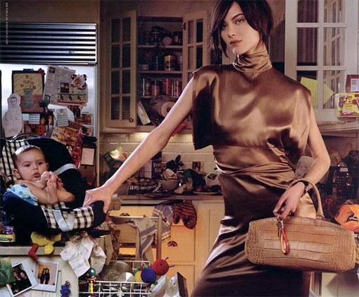 Mujer con niño en la cocina-TELVA