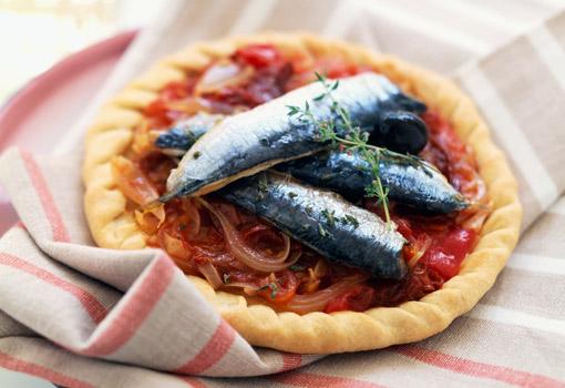 Tartita de hojaldre y sardinas con trampó de verduras