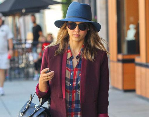 1f777471e4b51 Jessica Alba o cómo llevar el sombrero con estilo